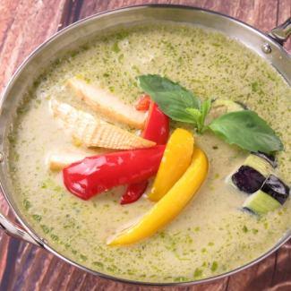 蔬菜充足多雪的雞綠咖哩