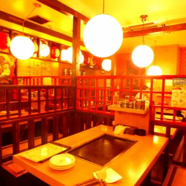 【Table seat】 Table seat of feeling feeling downtown.Please use it for various scenes such as a small party banquet and date etc. Since there is an iron plate for each table you can bake Okonomiyaki yourself ♪ Please enjoy the taste of Atsuzu! If you are not confident in baking or delicious If you want to know the secret for baking, please do not hesitate to speak to the staff ☆