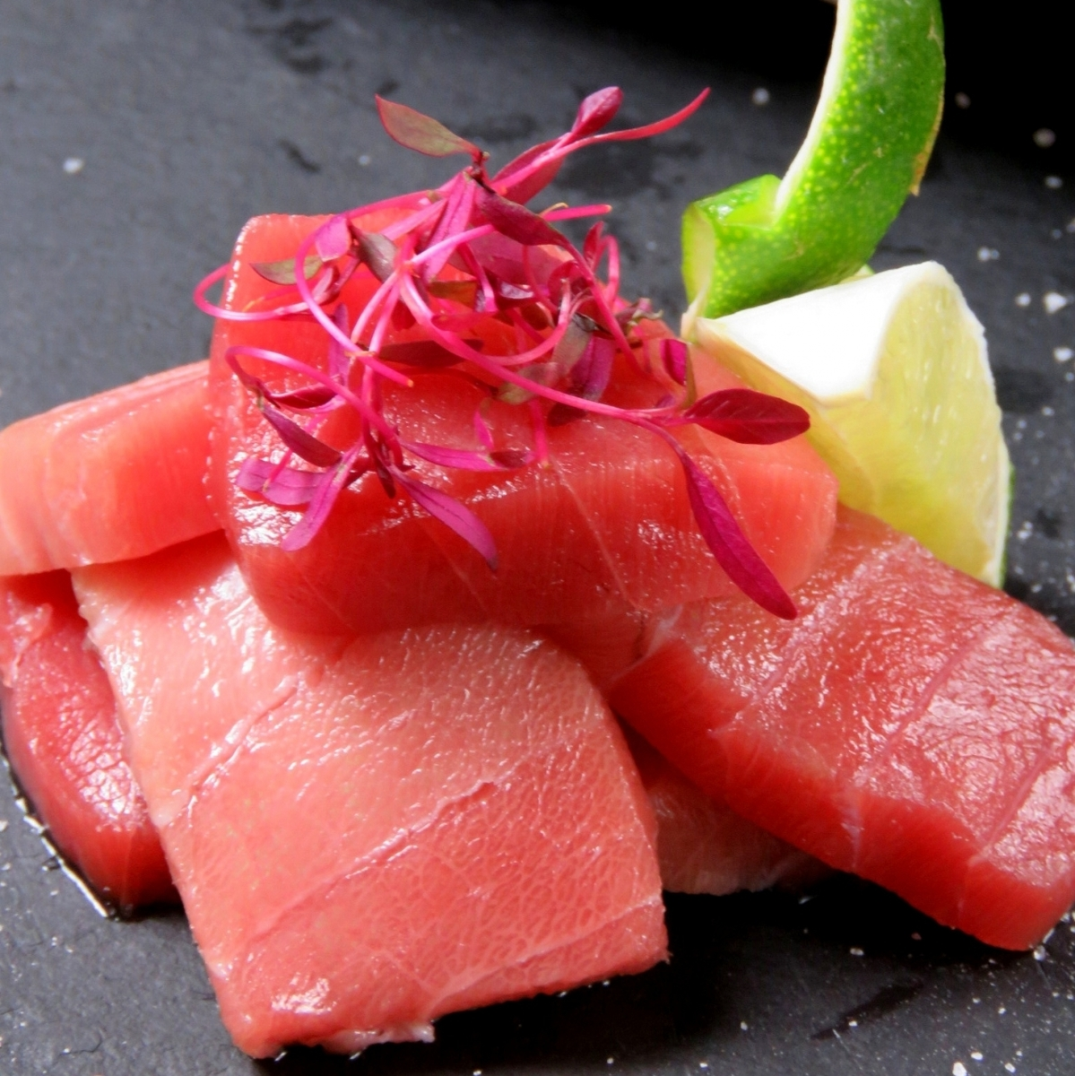 Luxurious seafood such as this tuna is also prepared.Good materials are salt ...
