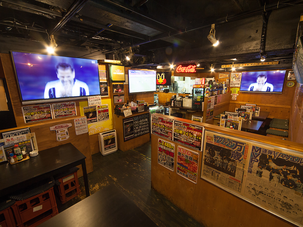 Four large TV monitors installed.It is a seafood pub dedicated to watching sports such as baseball and soccer.