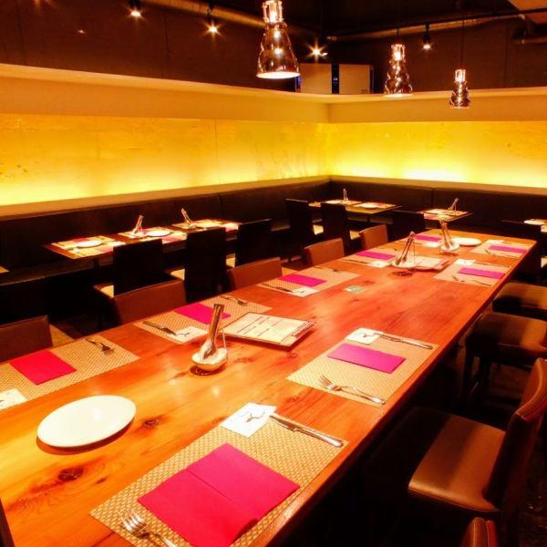 お席は全部で42席。オシャレで落ち着いた雰囲気の中でのお食事をお楽しみ下さい。席は可動式で立食パーティも可能。
