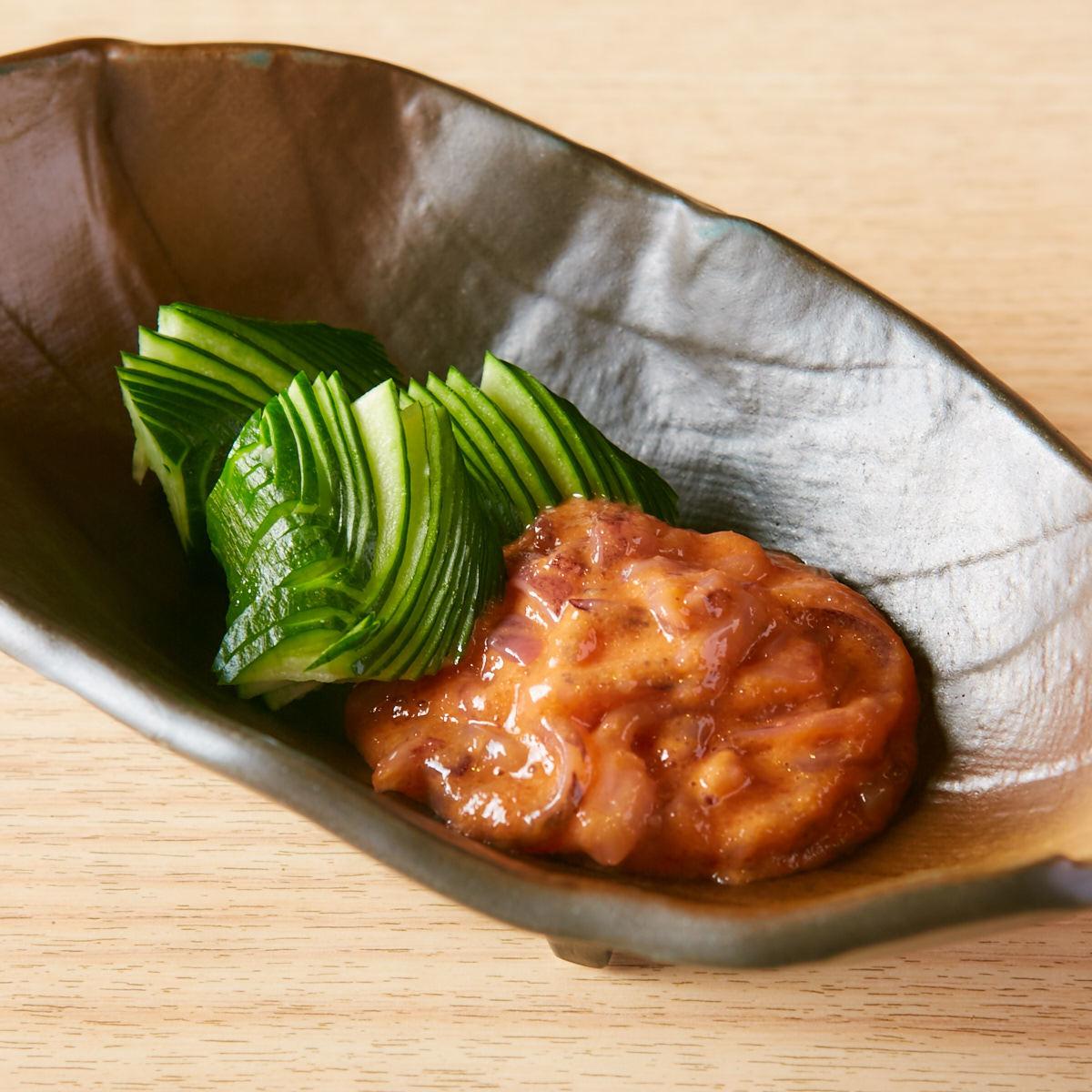 撒上腌制腌制鳕鱼子炒面