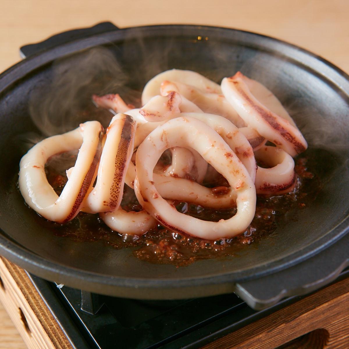 陶器烧烤用鱿鱼和酒