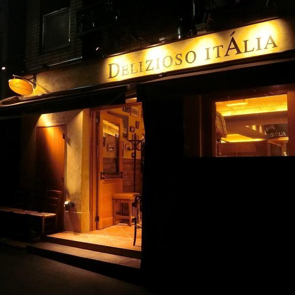 【渋谷区恵比寿の一角にある隠れ家イタリアン】スタッフのイタリア語が陽気に響く店内。大人数でも楽しめる陽気な雰囲気が自慢です。扉を開けると洗練された空間。落ち着いた雰囲気が居心地のよさを感じさせ、つい時間を忘れてくつろげます。