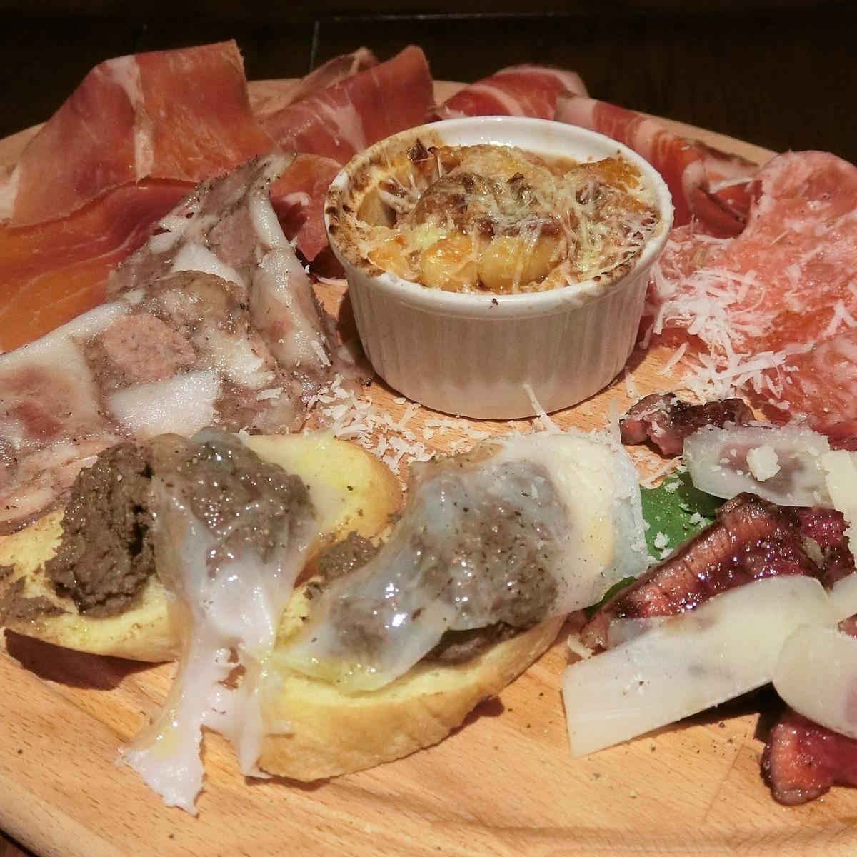 イタリア産生ハム、サラミとトスカーナ郷土料理の前菜盛り合わせ