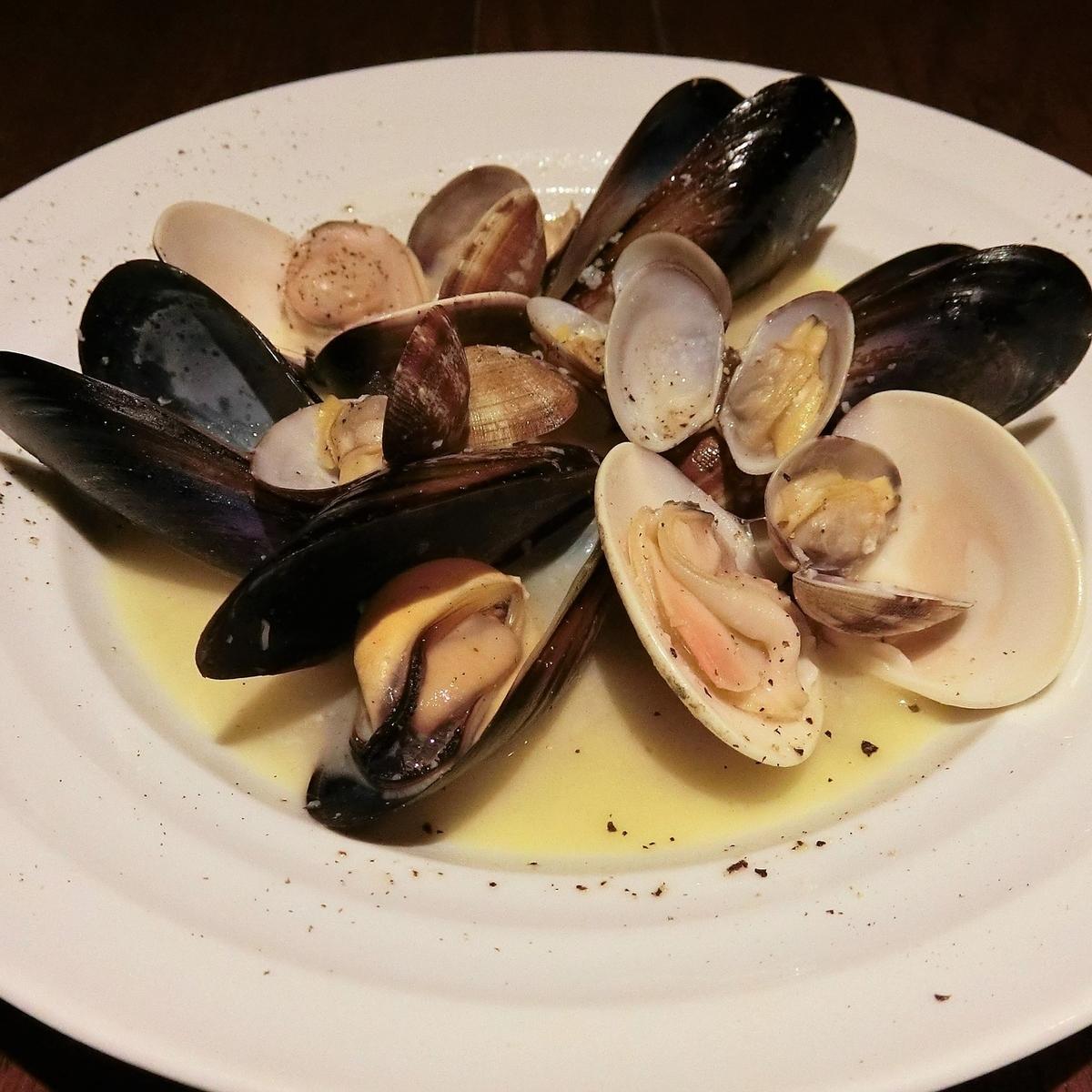 旬の貝類、白ワイン蒸し~黒コショウとバター風味~
