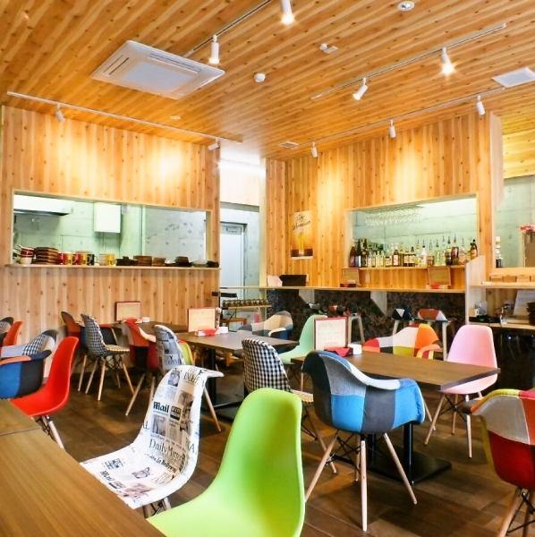 新装されたばかりの店内は雰囲気抜群★可愛らしいイスと木の温もりを感じるテーブルの店内で美味しい料理とお酒をお愉しみください♪