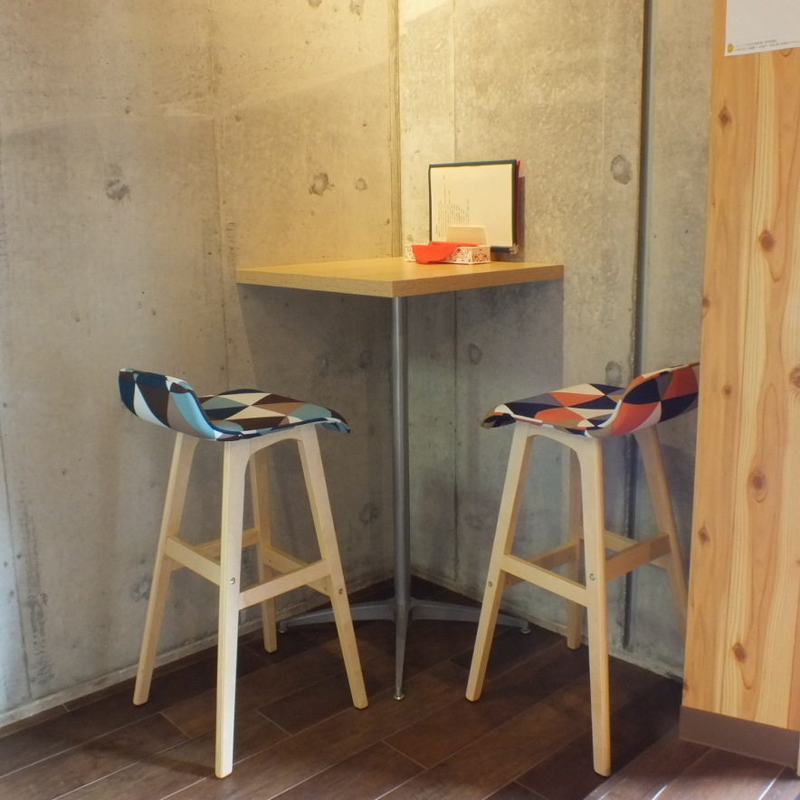 The high table of the inside corner of the shop is a special table with only one seat on the couple, so please tell us when designating.