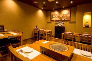 4名席×4。宴会の時はテーブル席をつなげる事ができます。」
