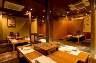 半個室の部屋が4名席×6部屋ございます。