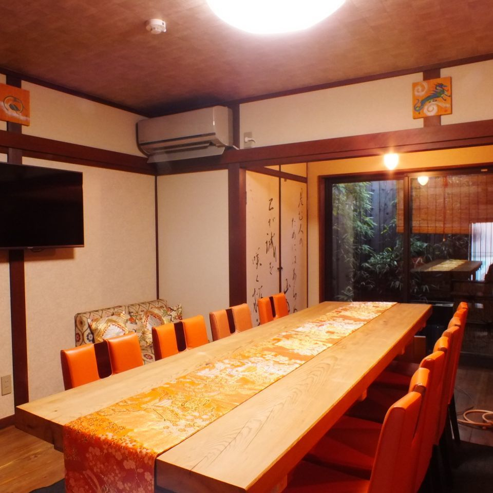 "It is the 1st floor living room of the guest house ""Yaezakura"" next to Lamp.Even a large number of people can sit down ♪ Please feel free to contact us for the number of people you use."