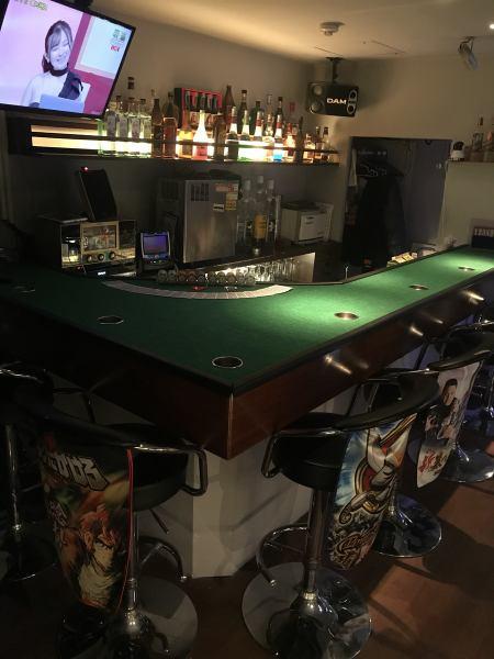 カウンターではポーカーや麻雀をLIVE中継!共通の趣味のスタッフやお客様が多いのでお一人様でも盛り上がること間違いなしです!!!カラオケ歌い放題!