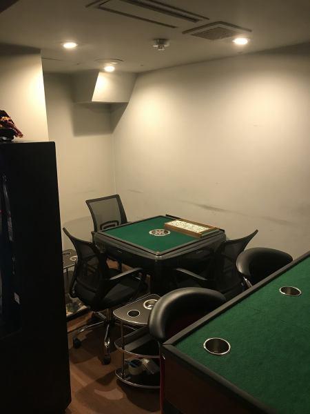 自動麻雀卓を完備しているのでいつでもお酒を飲みながら遊技可能です!麻雀の役や符計算もスタッフが優しく教えてくれるので、お気軽にどうぞ!!!