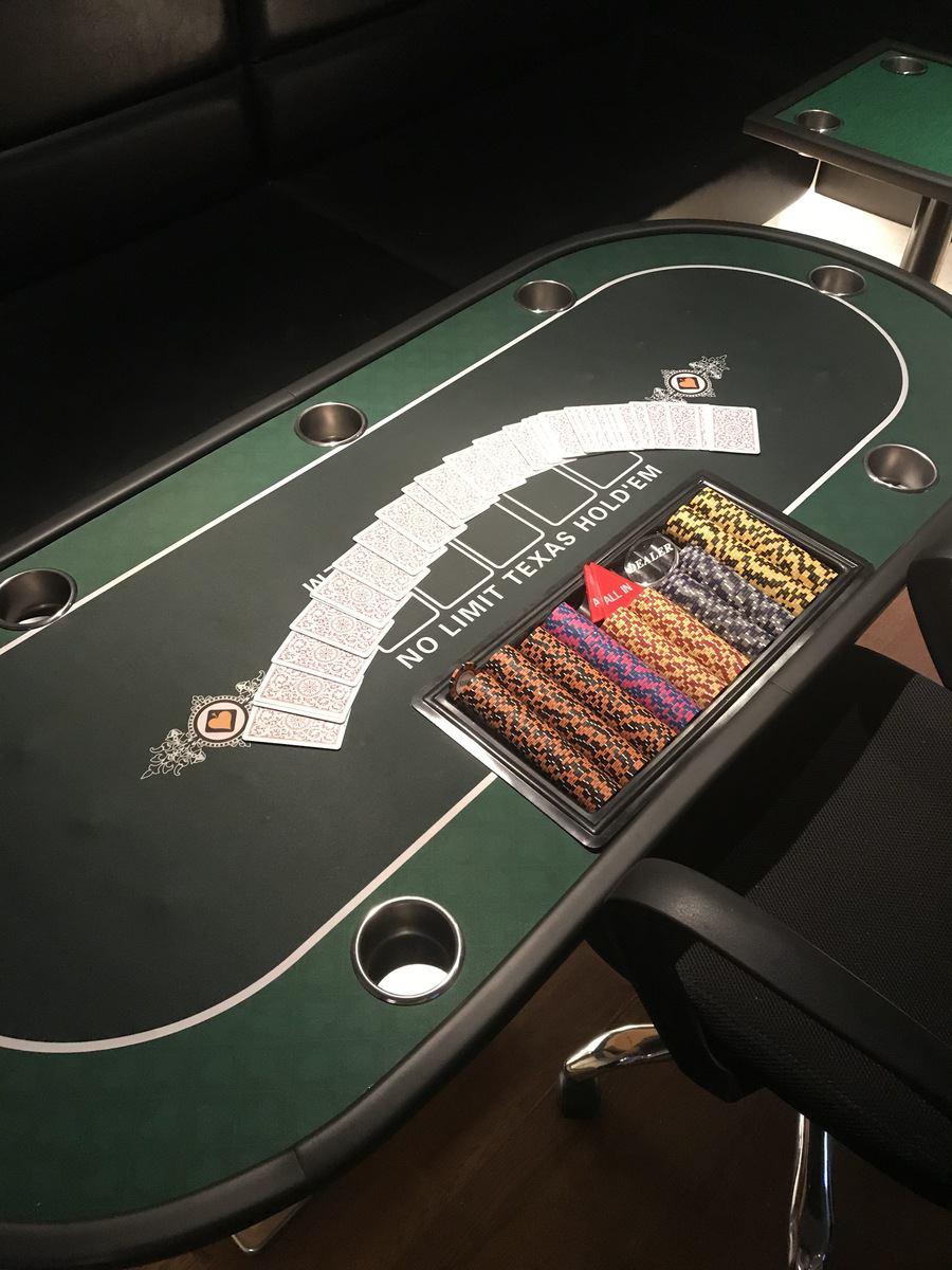 自家製のポーカーテーブルで毎日ポーカートーナメントを開催中!!!初心者講習も随時行っているのでお気軽にご連絡ください!
