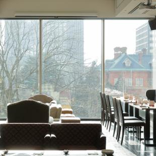 ランチタイムは大きな窓から自然の緑など癒される景色が広がっています♪良い景色を眺めながらお食事していただけます!店内の大きい窓から赤れんがが眺められるおしゃれな空間です。