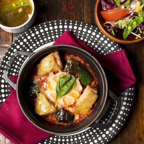 北海道马苏里拉芝士鸡肉焗番茄和罗勒番茄罗勒(配沙拉和汤)