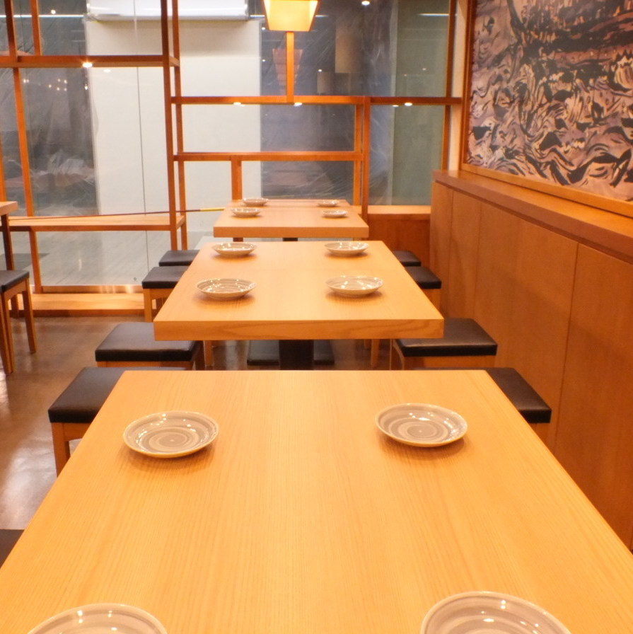 Prepare an open angle table.Since our seats are also movable, we can accommodate even large numbers.