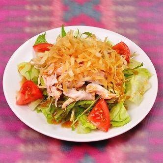蒸し鶏と揚げワンタンのサラダ