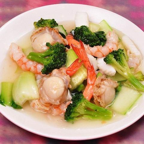 野菜と海の幸の塩炒め