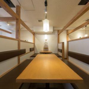 【2階】部署やチーム単位で行われる歓迎会や送別会などに最適な中規模半個室をご用意。1階にあり、階段を登らずに宴会ができますので、ご年配の方にもご好評いただいております。