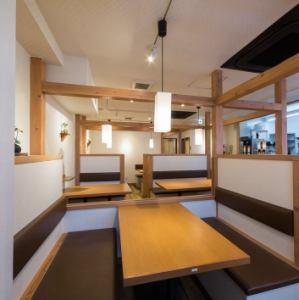 【2階】8名様以上のご宴会なら2階のこちらもおすすめ!仕切りを外すことで、最大16名様までの半個室空間を作ることもできます。人気のお席ですのでご予約はお早めに!