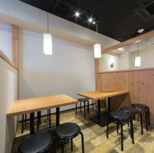 【1階】気の合うメンバーで集まる飲み会や、急に決まった宴会などにも最適!4名様までのテーブル席もご用意しています。