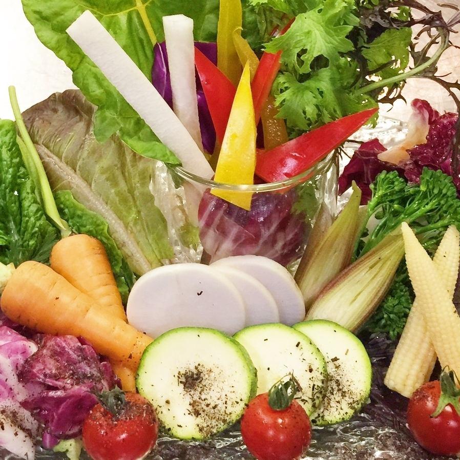 高知県産の様々な食材を使用したバーニャカウダはOPEN以来人気★