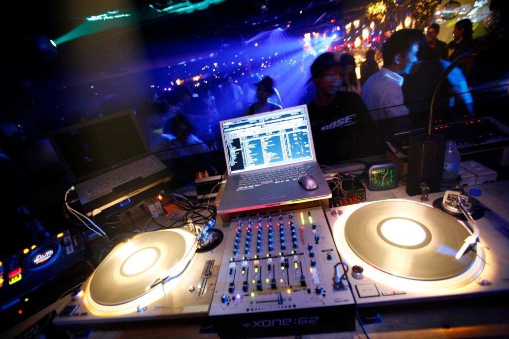 设备齐全的DJ摊位也配备齐全。它可用于俱乐部活动,舞蹈活动,圈子活动等。