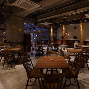 テーブル席は100席近くございます。落ち着いた空間でご宴会を。
