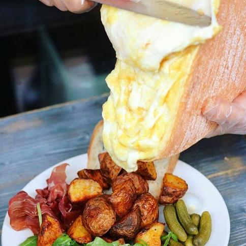 濃厚チーズと自慢のお肉がベストマッチ!女性に人気のラクレットチーズ♪