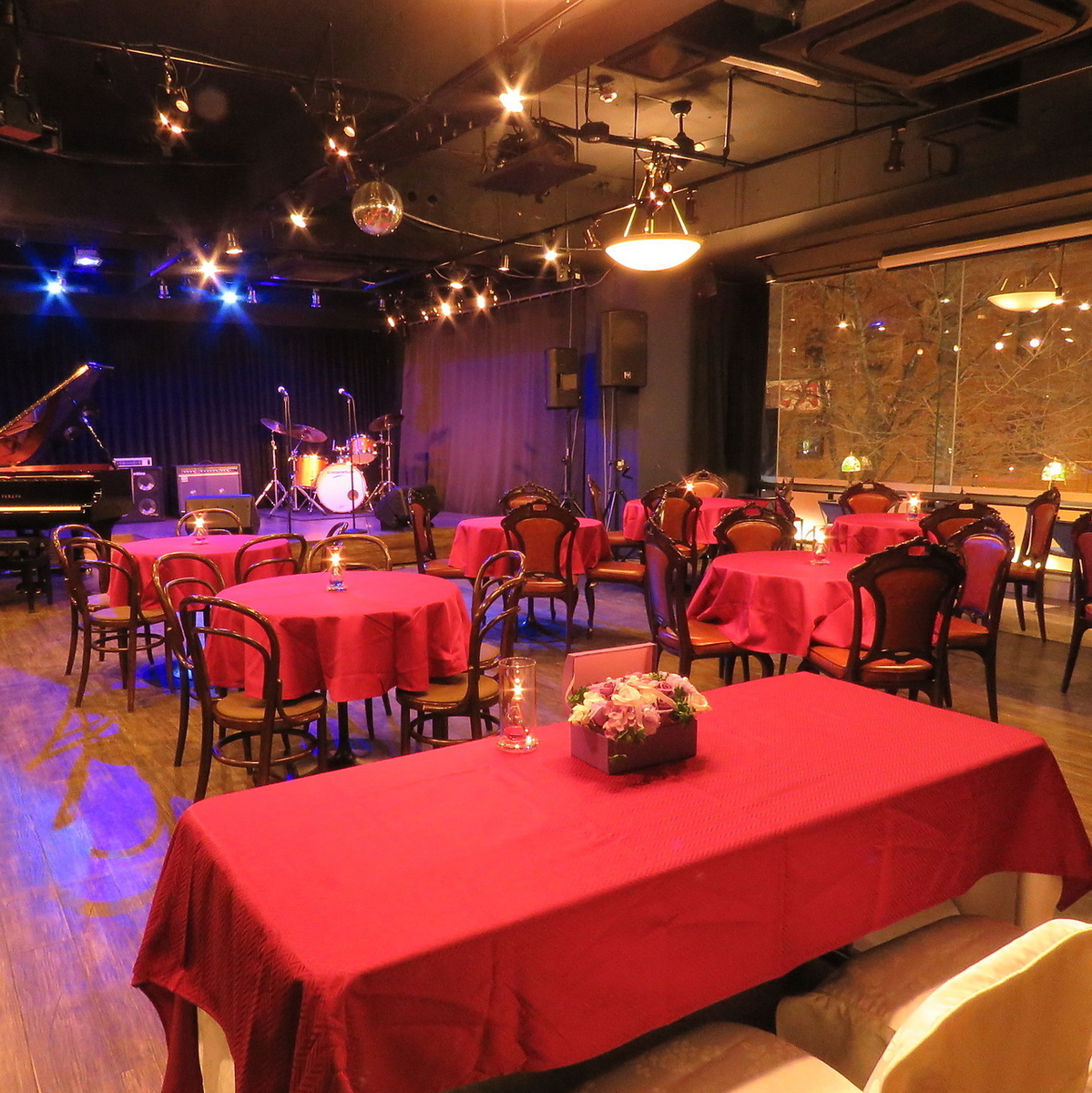 It can accommodate up to 100 people.Takasago's seats are also available, ideal for wedding second party ◎ There are also lending of pianos, drums and guitar · bass amps, and you can do original wedding ceremony.