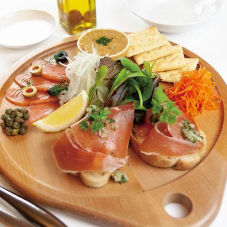 10人以上的大餐桌拼盤每人3,000日元【需要預約】