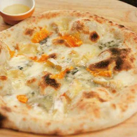 クアトロ フォルマッジ(4種のチーズピッツァ)  Quattro formaggi / four cheese