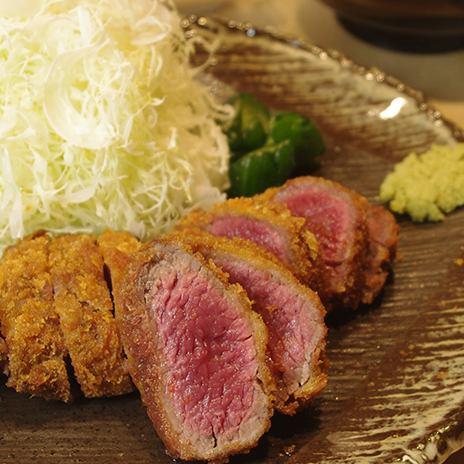 「京都発、和の牛カツ」京都の割烹をコンセプトに白木のカウンターから提供される牛カツが名物。