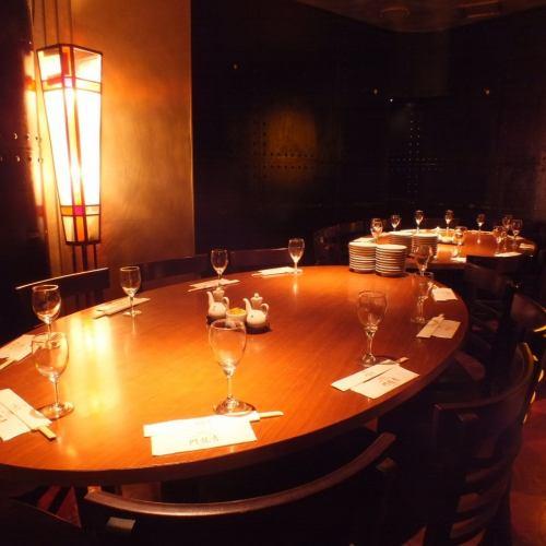 丸テーブルを囲む完全個室