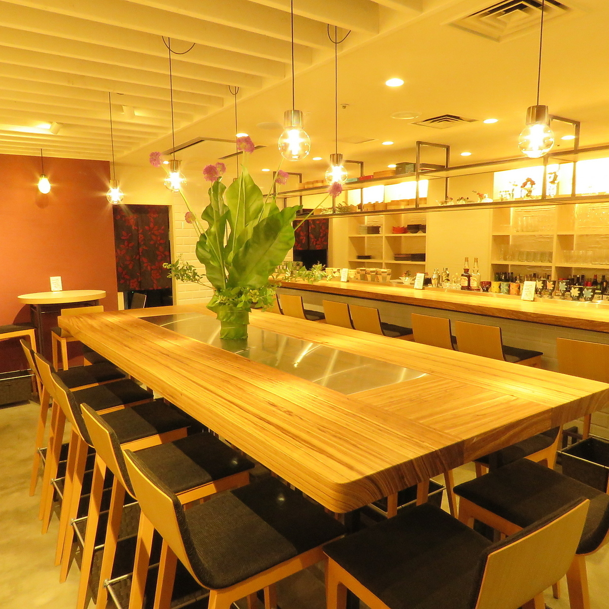 Spacious large table is recommended for banquet! Seat is high and bali style ♪