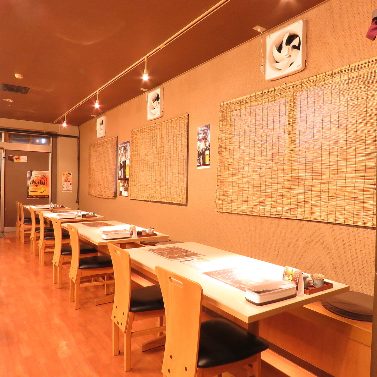 There are four table seats for five people.Because the wall side is a bench sheet type, children can use it with confidence ♪