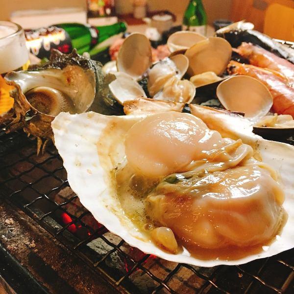 目の前でしっくりと。炭火焼き料理各種(海の幸、鶏肉)