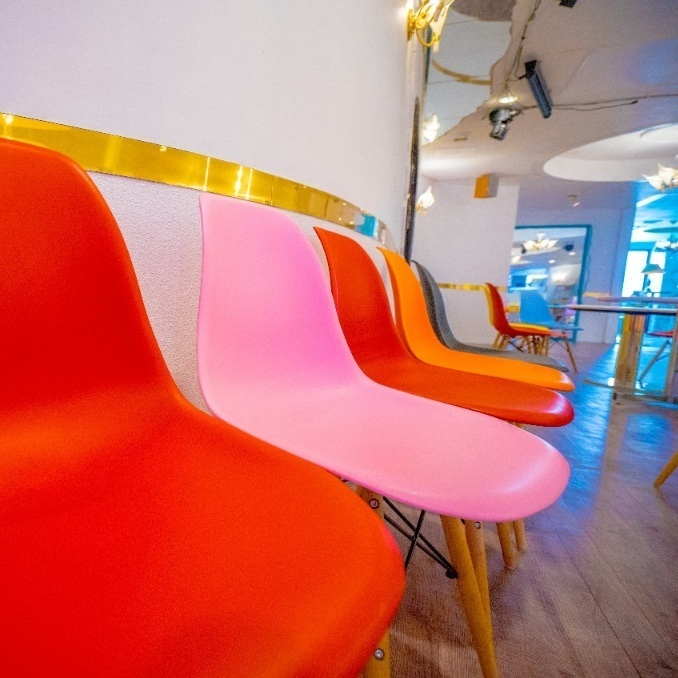 Colorful chairs can be attached to the walls as seating space as shown in the photo at the time of standing!