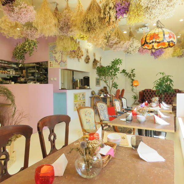 自慢の内装は天井から様々な色合いのドライフラワーを置いてます♪店内隅々までこだわった仕様となってますので、お食事だけでなく雰囲気もぜひ楽しんじゃってください♪♪