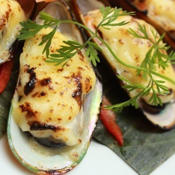 Grilled mussels with onion oil / Mayo cheese from mussels