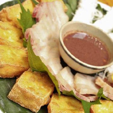 炒豆腐和煮熟的猪发酵的虾鱿鱼Dale混合米粉