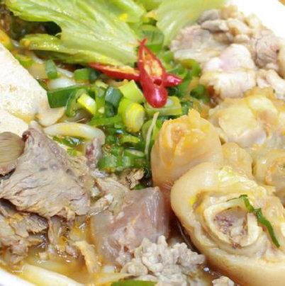 五種熱烏冬面/煮牛肉小腿肉和煮熟的牛肉條和越南火腿的熱烏冬面