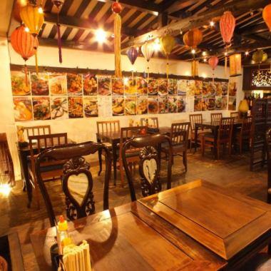【平靜的一餐···】店內,夜間成像越南酒吧的空間♪燈籠在天花板上是泥漿☆氣氛略顯別緻☆