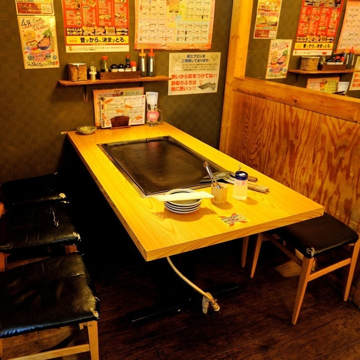 【1F】 Table Seating (for 6 people) The space next to the cash register is a seat with 4 tables and 6 tables for 3 people in a row.There are partitions in front and back, and there is also a large aisle between the tables so you can enjoy your meal without worrying about the surroundings.