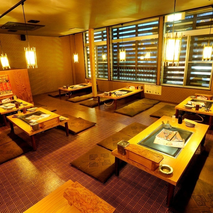 【2F】 Osami's seat (up to 40 people) 2F is a seat with 8 tables.◎ It is possible to use up to 40 people ◎ The distance between the neighbor and the front and back is also wide, so you can enjoy it without feeling of blockage.Please use it for colleagues drinks and circle gatherings.