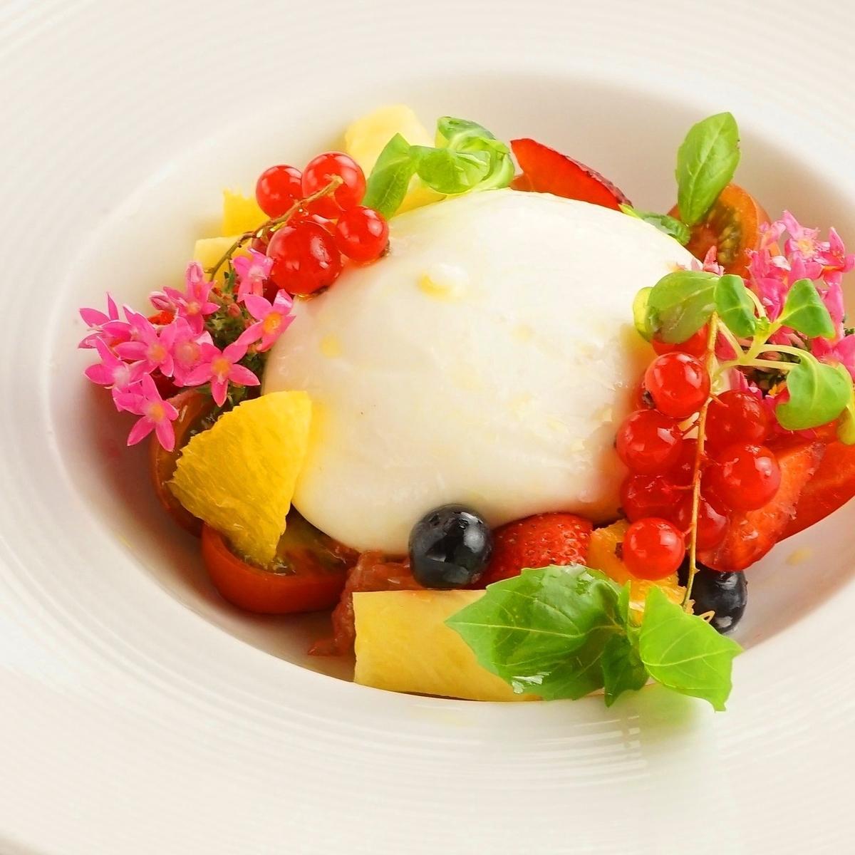 【数量限定】フレッシュブッラータチーズとトマト、旬のフルーツのカプレーゼ