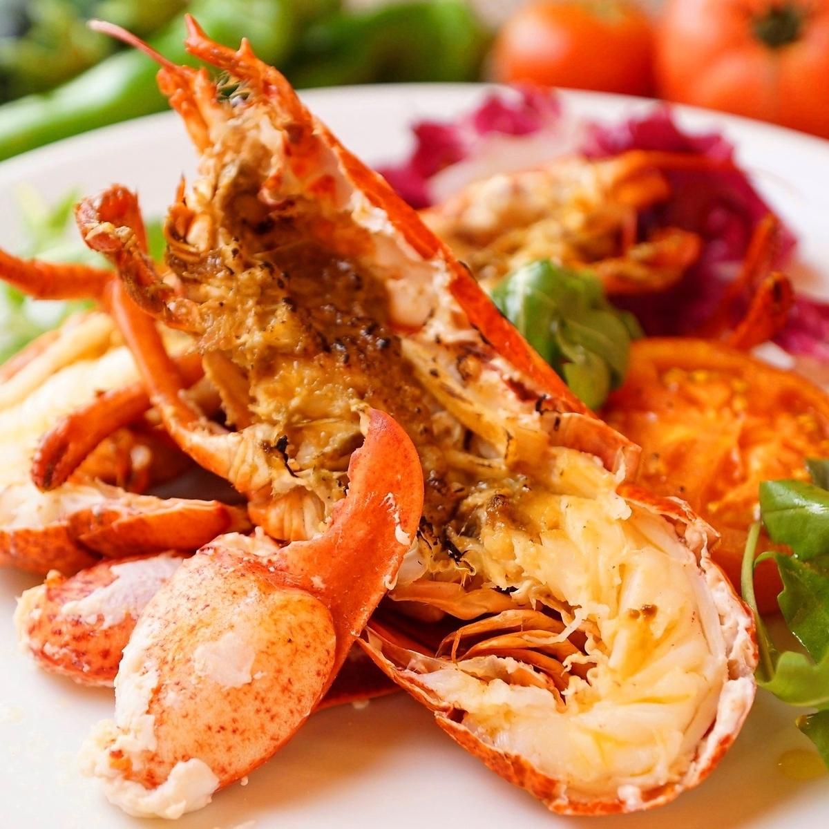 有限量的活龙虾蒸气与时令蔬菜和草本盐