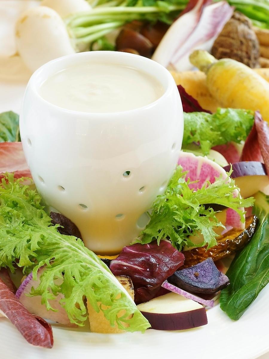 Banya cauda配有时令蔬菜和饺子