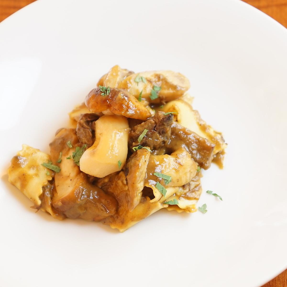 日本牛肉炖肉和牛肝菌酱Pappardelle由三重县产蛋
